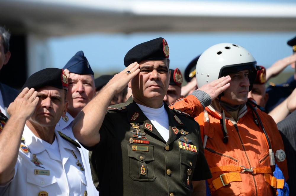Ministro da Defesa da Venezuela, Vladimir Padrino López, recebendo o bombardeiro Tu-160 na Venezuela