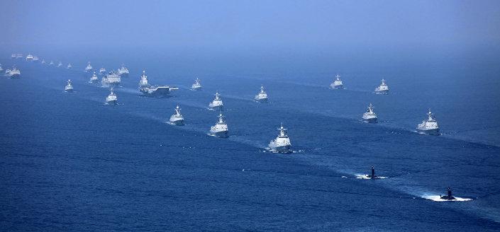 Porta-aviões chinês Liaoning realizando exercícios no mar do Sul da China acompanhado por fragatas e submarinos (foto de arquivo)