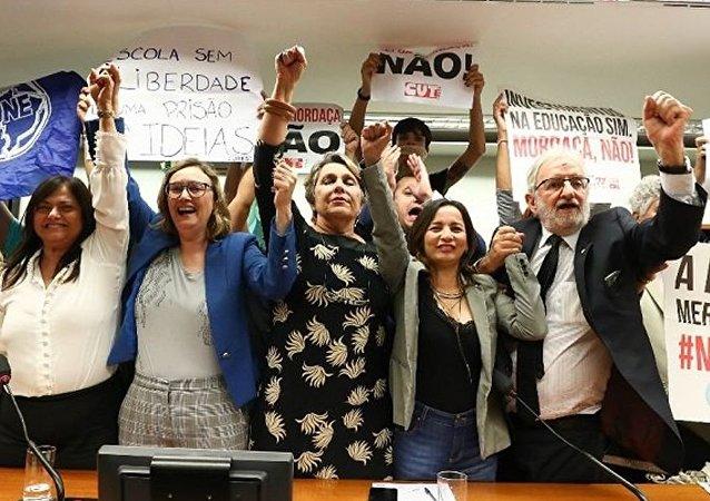 Parlamentares da oposição celebram o arquivamento do Escola sem Partido