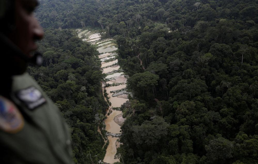 Policial observa uma mina de ouro ilegal durante operação do Ibama no município de Novo Progresso, Pará, Brasil, 4 de novembro de 2018