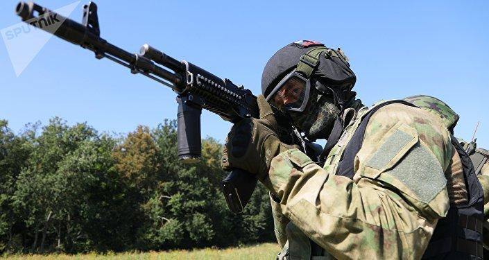 Militar russo com um fuzil de assalto