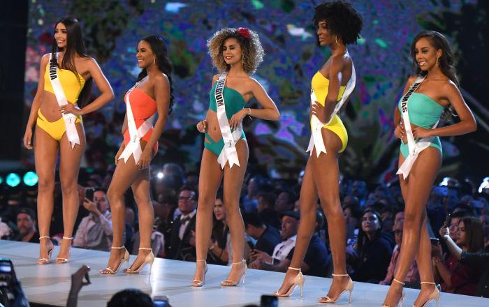 Representantes da Bolívia, Belize, Bélgica e Bahamas posam de maiô no palco da competição durante o concurso Miss Universo 2018 em Bangkok, em 13 de dezembro de 2018