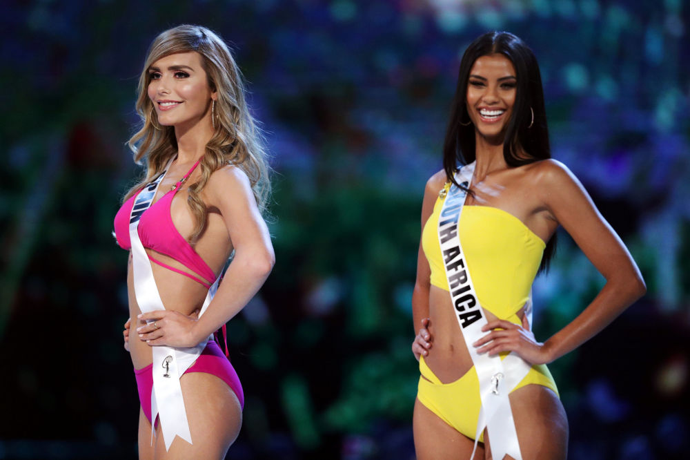 Miss Espanha e Miss África do Sul posam em seus trajes de banho durante preliminar da Miss Universo 2018 em Bangkok, Tailândia, 13 de dezembro de 2018