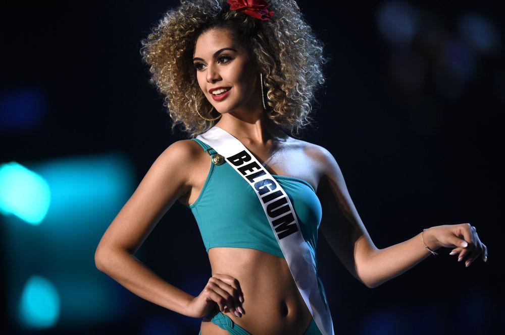 Zoe Brunet, representante da Bélgica, compete na etapa de traje de banho do concurso Miss Universo 2018, na Tailândia