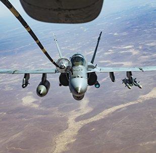 Um F / A-18C recebe combustível de um KC-10 Extender, um dos aviões de reabastecimento do Comando Central dos EUA.