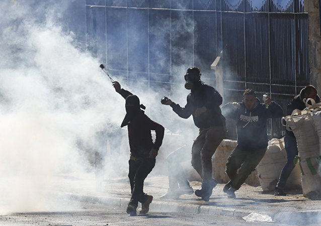 Manifestantes palestinos durante conflito com tropas israelenses, na Cisjordânia (foto de arquivo)