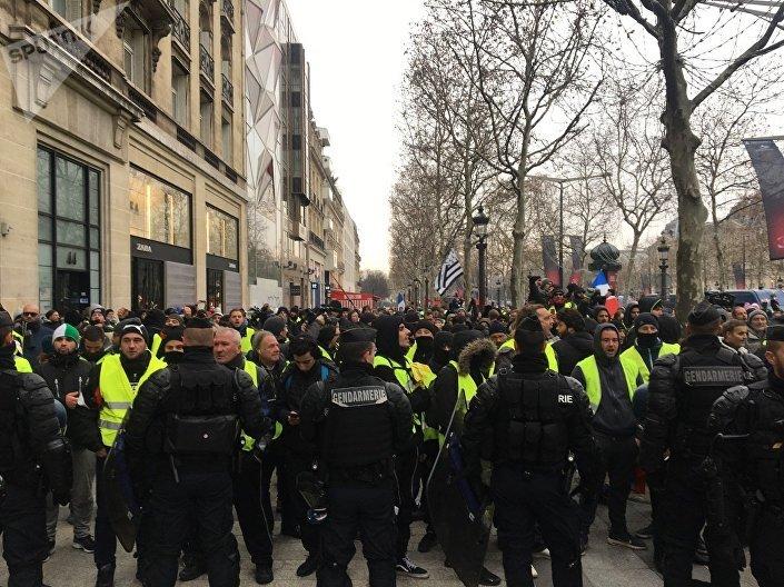 Agentes de gendarmaria bloqueiam participantes dos protestos nos Campos Elísios