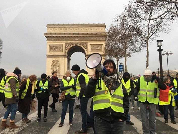 Coletes amarelos se juntam perto do Arco do Triunfo em Paris