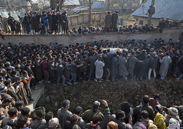 Moradores carregam o corpo de Zahoor Ahmed, soldado rebelde, na Caxemira. 11 pessoas morreram entre manifestantes, rebeldes e sodlados indianos em Srinagar, na região controlada pela  Índia na Caxemira. Entre os mortos, sete civis, três militantes e um soldado.