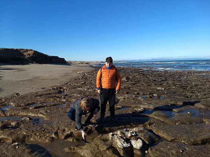 Família Palavecino, de Miramar, que encontrou na costa argentina fósseis de bicho-preguiça extinto Scelidotherium