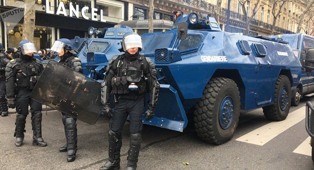 Agentes de segurança francesa bloqueiam ruas de Paris durantes protestos de coletes amarelos em 15 de dezembro de 2018