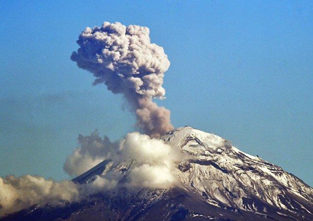 Vulcão Popocatépetl lança cinzas vistas a partir da Cidade do México, 2 de dezembro de 2018