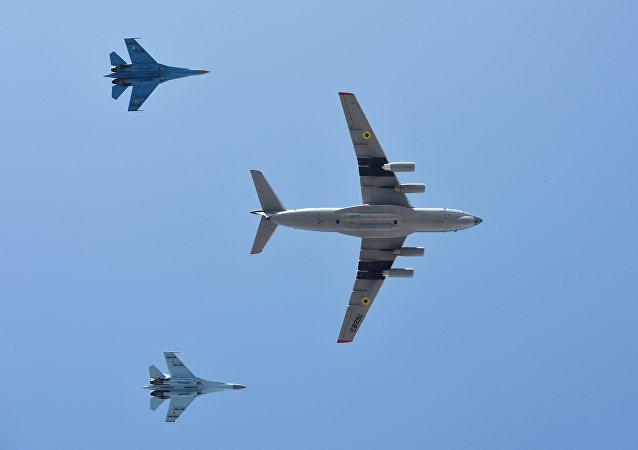 Aeronaves Il-76MD e Su-27 durante desfile militar em Kiev, Ucrânia, 24 de agosto de 2018
