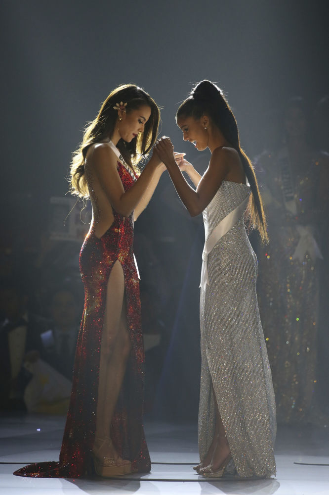 Miss Filipinas, Catriona Gray, e Miss África do Sul, Tamaryn Green, durante a final do concurso Miss Universo 2018 na Tailândia