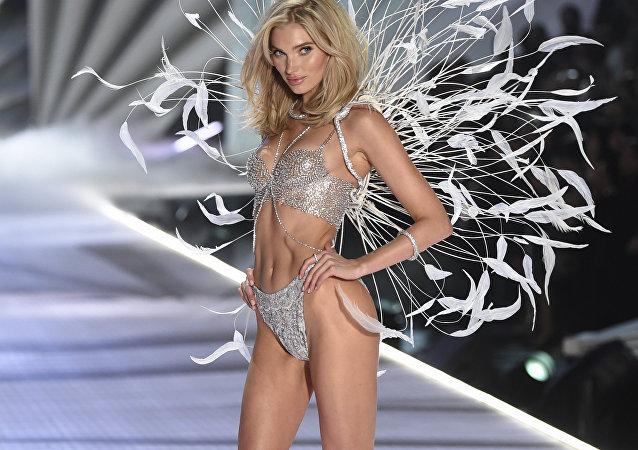 Elsa Hosk desfila durante o fashion show da Victoria's Secret 2018, em Nova York (EUA), 8 de novembro de 2018