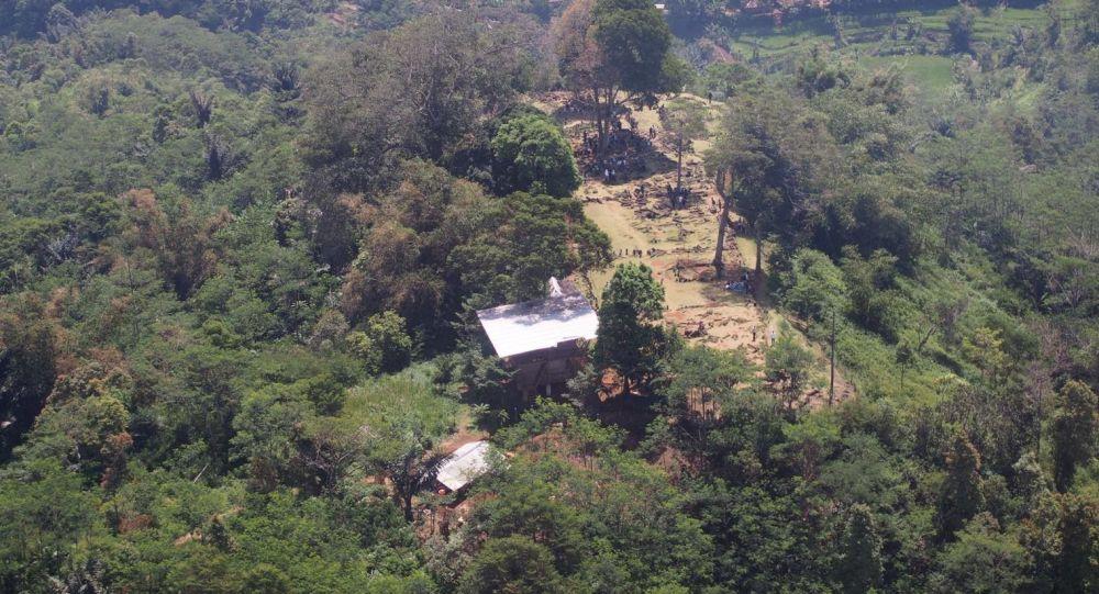 Pirâmide supostamente encontrada no cume do monte Padang, em Java Ocidental, Indonésia