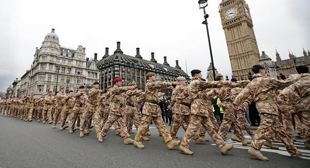 Soldados da 7ª Brigada Blindada Britânica que retornaram do serviço em operações no Iraque marcham em frente ao Big Ben em Londres (Arquivo)