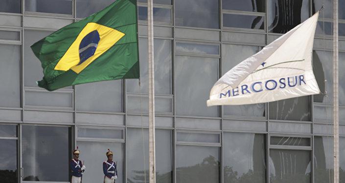 Bandeiras do Brasil e do Mercosul (foto de arquivo)