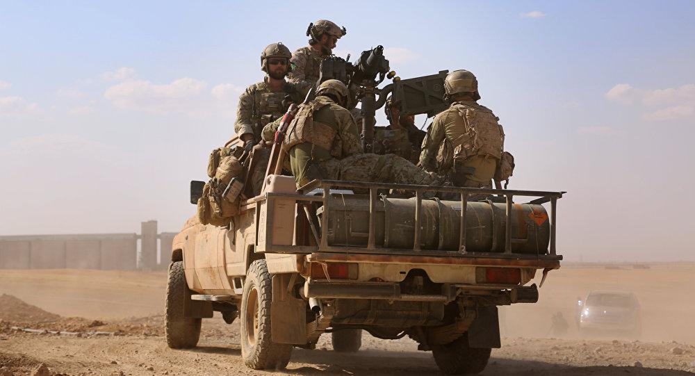Homens armados uniformizados das forças de operações especiais dos EUA na província de Raqqa.