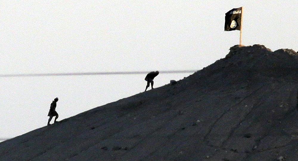 Jihadistas do grupo do Estado Islâmico são vistos depois de colocar a bandeira de seu grupo no topo de uma colina no lado leste da cidade de Kobani, na Síria.