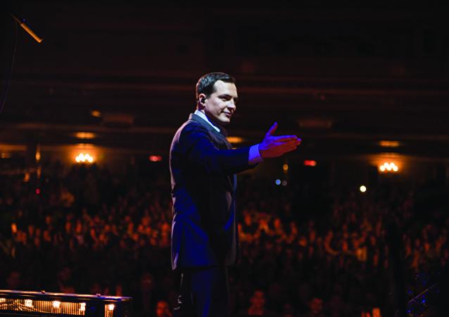 Daniel Boaventura, cantor brasileiro, durante show no Teatro Metropolitan, na Cidade do México