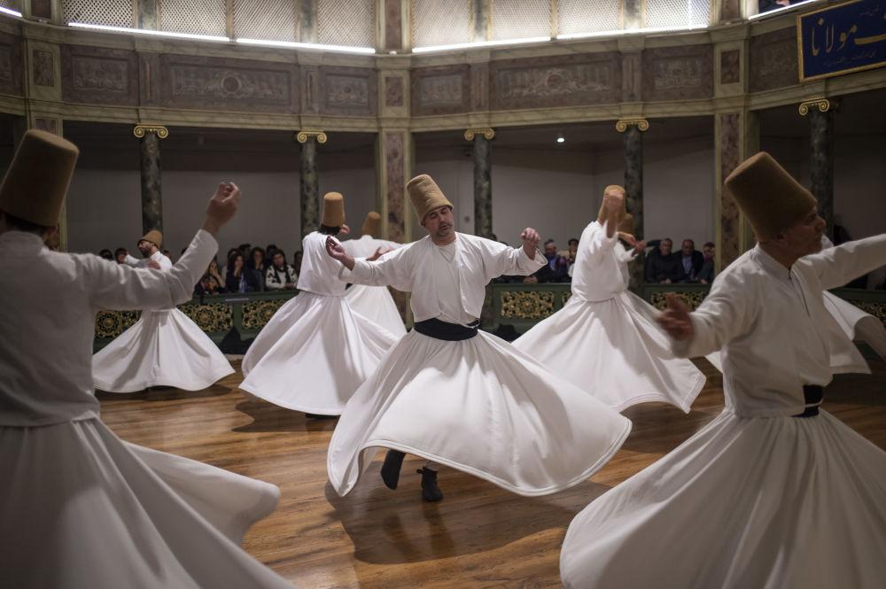 Cerimônia dedicada ao aniversário da morte de Jelaleddin Mevlana Rumi, poeta e fundador do sufismo, em Istambul, Turquia, 16 de dezembro de 2018