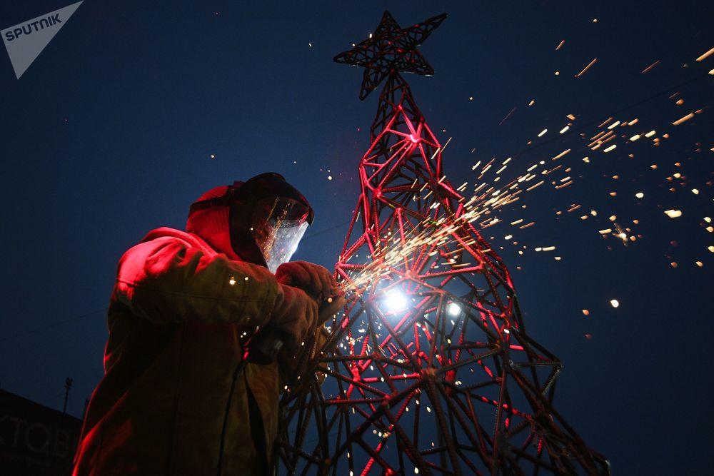 Artista Aleksandra Weld Queen fabrica uma árvore de Natal em workshop sobre soldagem de brinquedos de Natal, em Tula, Rússia