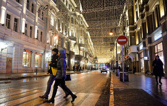 Instalações luminosas na rua Myasnitskaya no âmbito do Festival Internacional de Luzes Natalinas em Moscou