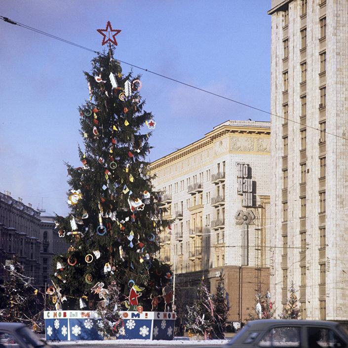 Árvore de Natal do 50º aniversário na Praça de Outubro (agora praça Manezhnaya)