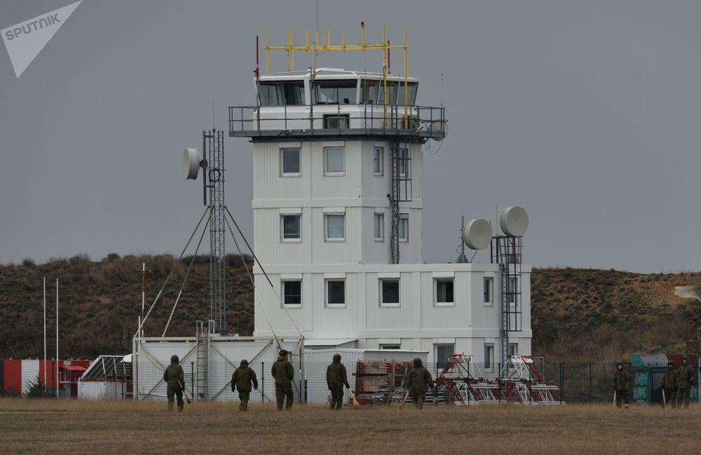 Torre de controle no aeródromo de Belbek, perto de Sevastopol