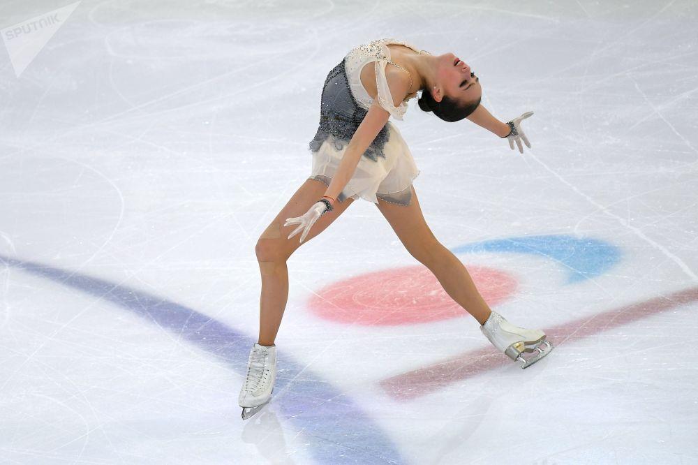Patinadora artística russa, Alina Zagitova, na apresentação do campeonato de patinação no gelo, Saransk, Rússia