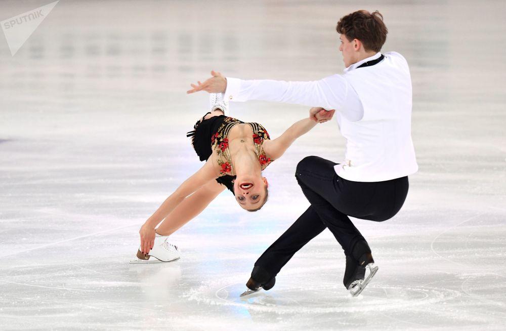 Aleksandra Boikova e Dmitry Kozlovsky, patinadores russos, durante competição de patinação artística na Rússia