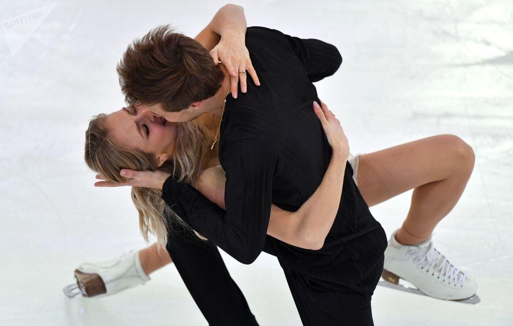 Patinadores russos, Viktoria Sinitsina e Nikita Katsalapov, beijam-se na apresentação de gelo durante concurso russo de patinação, em Saransk, Rússia