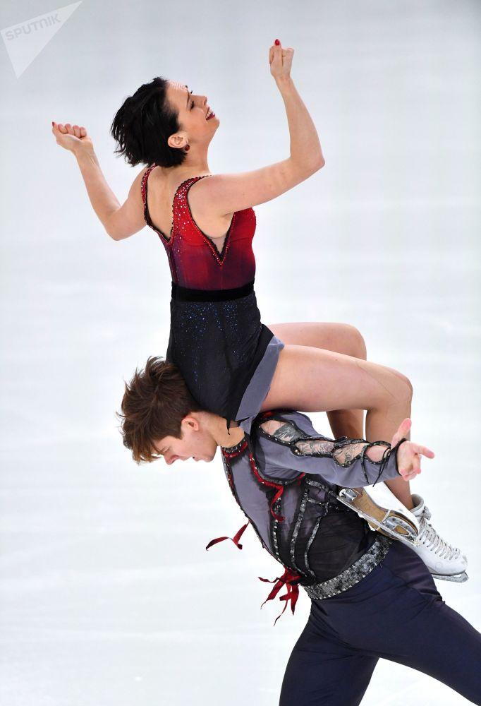 Patinadores russos, Betina Popova e Sergei Mozgov, participam do Campeonato Russo de Patinação Artística no Gelo, em Saransk, Rússia