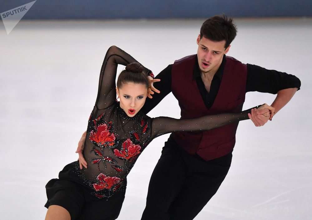Patinadores artísticos de gelo, Annabelle Morozov e Andrei Bagin, durante concurso de patinação, Saransk (Rússia)