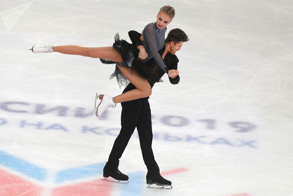 Aleksandra Stepanova e Ivan Bukin, dançam no gelo enquanto se apresentam no concurso russo de patinação, na cidade russa de Saransk