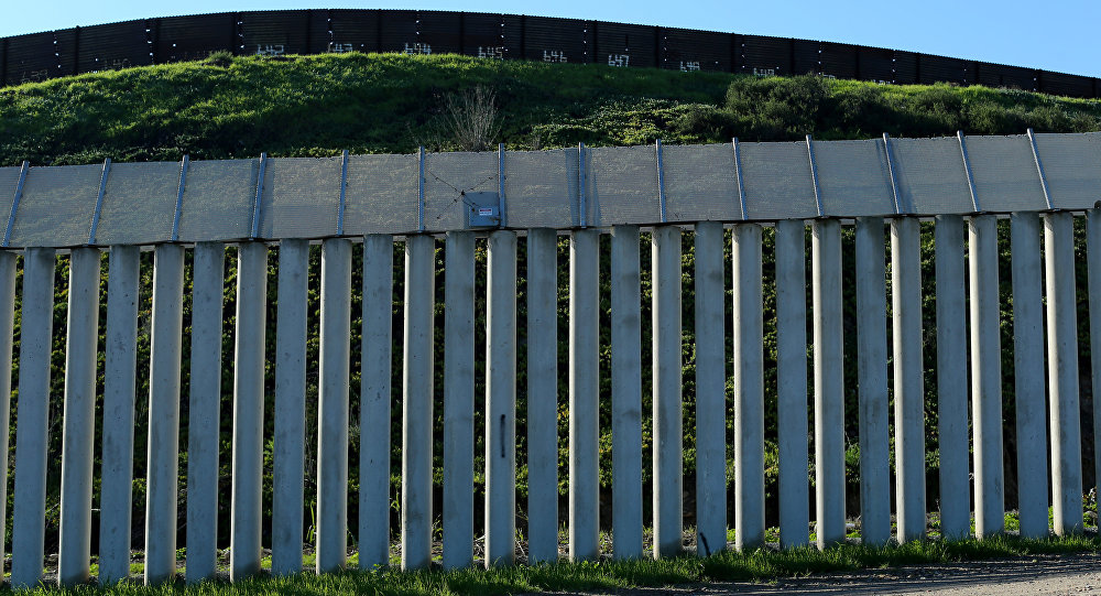 Muro que separa os EUA do México.