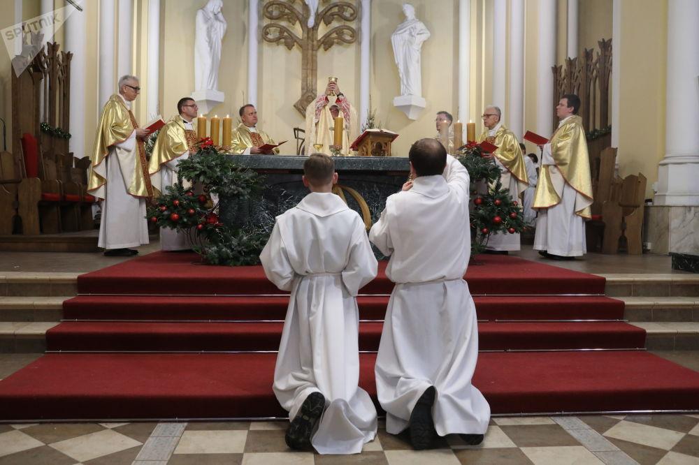 Arcebispo Metropolitano Rito Latino da Arquidiocese Católica Romana de Moscou, Pavel Pezzi, durante missa católica natalina em Moscou, Rússia