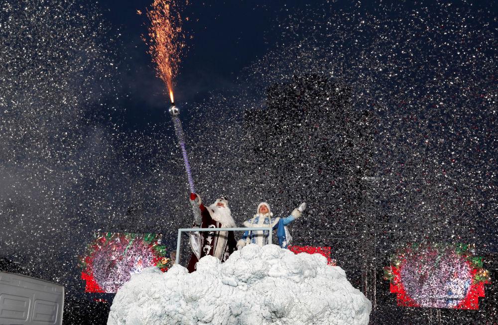 Pessoas vestidas de Pai Frost e a Donzela da Neve participam da marcha natalina no centro de Minsk, Bielorrússia, 24 de dezembro de 2018