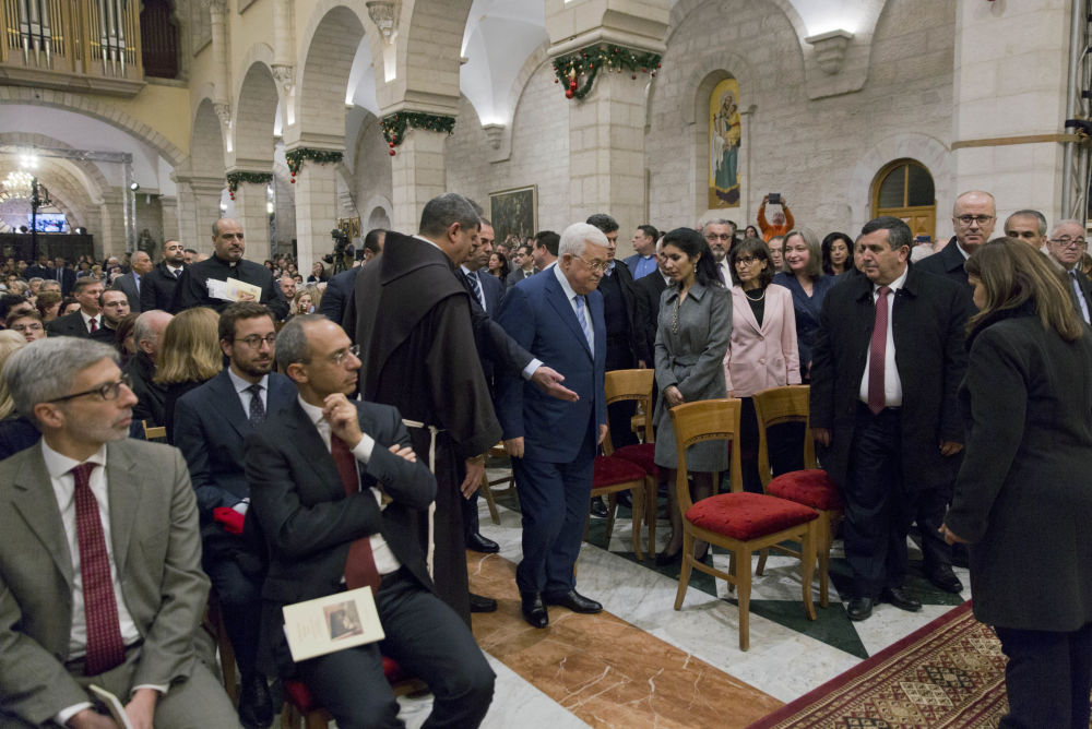 Presidente palestino, Mahmoud Abbas (no centro), chega para missa de meia-noite na Basílica da Natividade, tradicionalmente reconhecida pelos cristãos como o local de nascimento de Jesus Cristo, na cidade de Belém, 25 de dezembro de 2018
