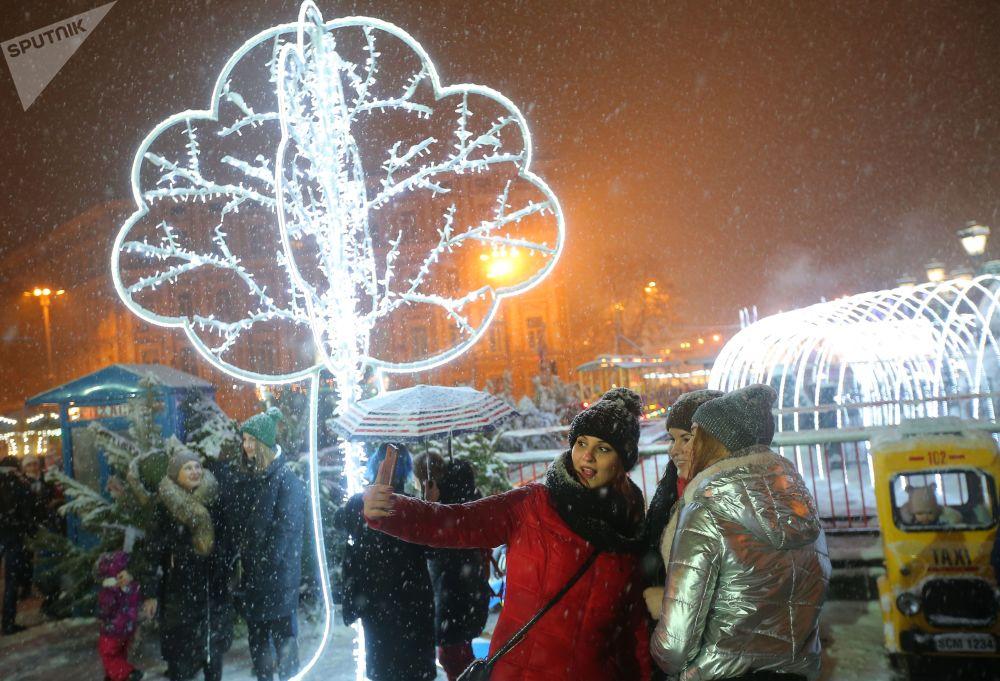 Residentes e turistas da capital ucraniana celebram o Natal católico na Praça de Sofia, em Kiev, Ucrânia, 25 de dezembro de 2018