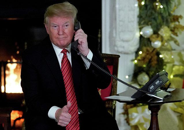 Donald Trump, presidente dos EUA, participa da linha direta com crianças do projeto NORAD monitora o Papai Noel, na Casa Branca em Washington