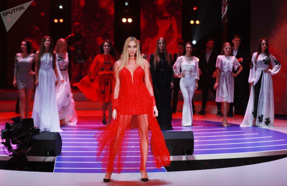 Participante russa do concurso Miss Moscou 2018, Viktoria Ivankova, posa para foto com vestido vermelho, 24 de dezembro de 2018