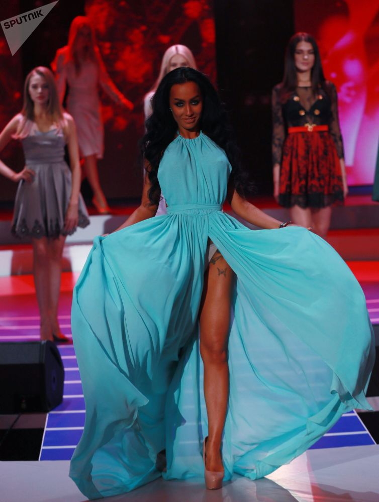 Modelo russa Elizaveta Chaikina posa para foto de vestido azul durante concurso Miss Moscow 2018, na Rússia
