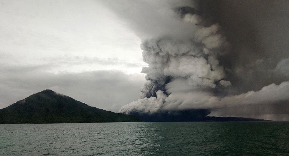 Vulcão Anak Krakatoa, Indonésia em 26 de dezembro, 2018 (imagem referencial)