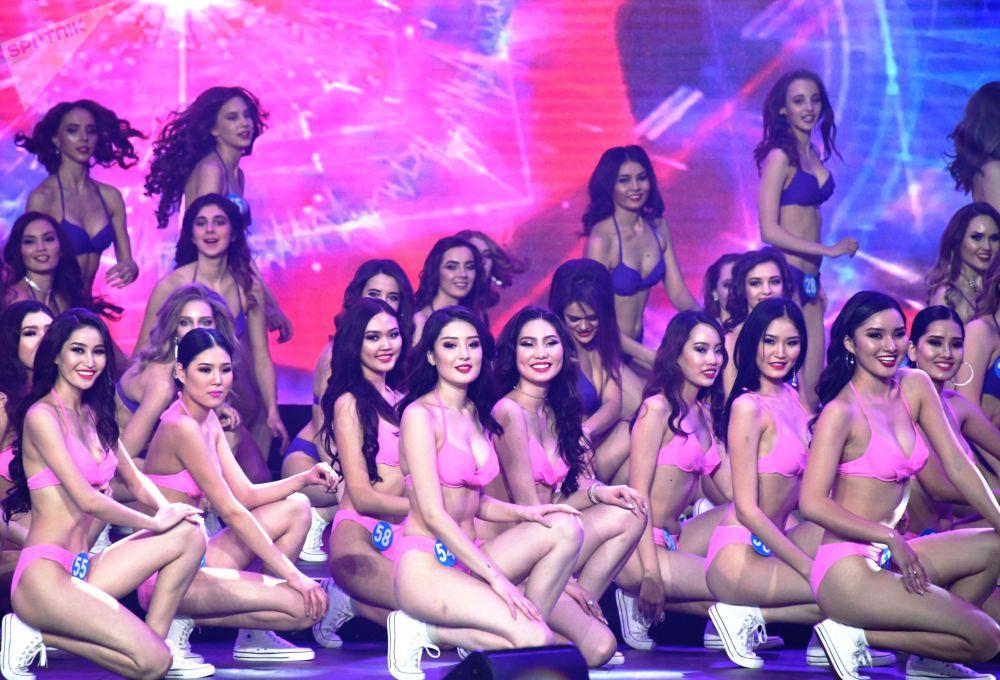 Participantes do concurso internacional Enviadas da Beleza 2018 no desfile de biquíni
