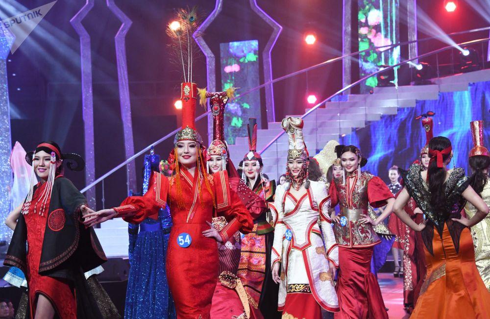 Participantes do concurso internacional Enviadas da Beleza 2018 desfilam usando trajes nacionais