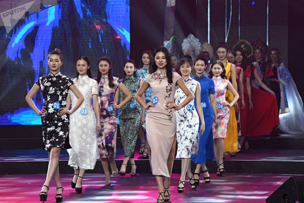 Jovens chinesas, russas e mongóis desfilando na China