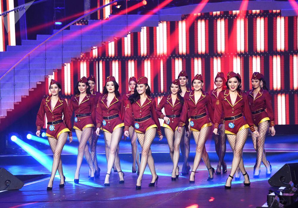 Participantes do concurso internacional Enviadas da Beleza 2018 desfilando na passarela