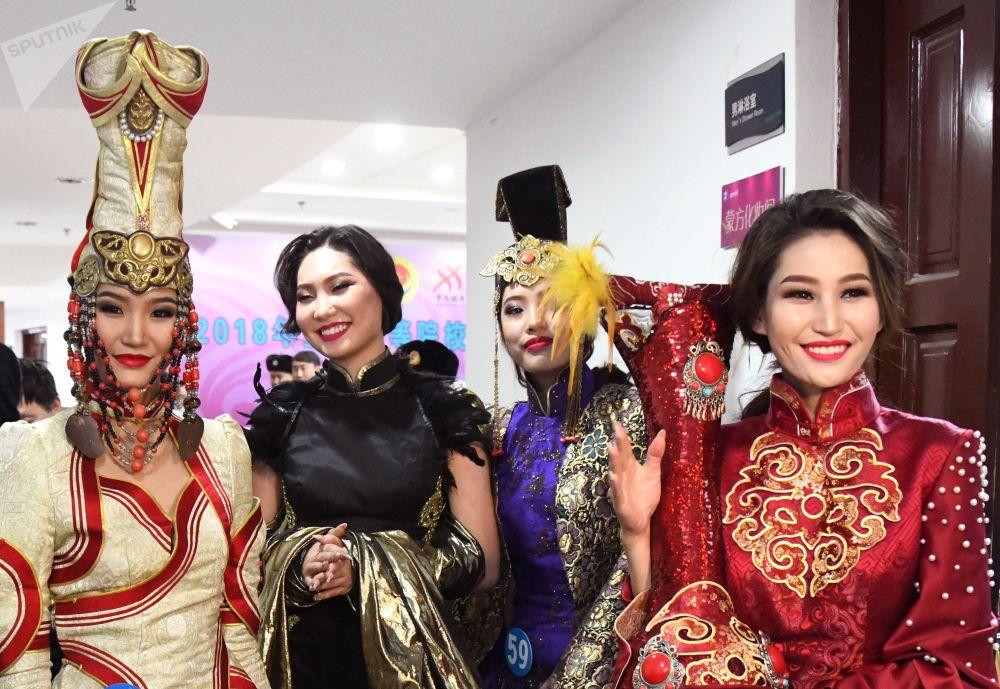 Jovens asiáticas mostram simpatia no concurso Enviadas da Beleza 2018